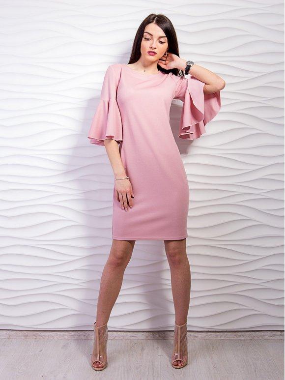 розовое платье с воланами на рукавах