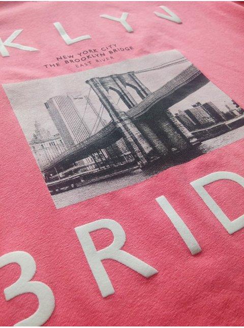 Приятная хлопковая футболка, украшенная принтом с объемными деталями. Арт.2355