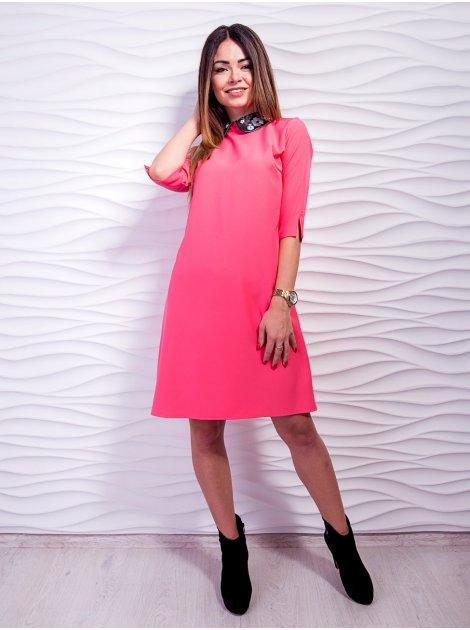 Свободное платье с воротником из экокожи, декорированным вышивкой. Арт.2425