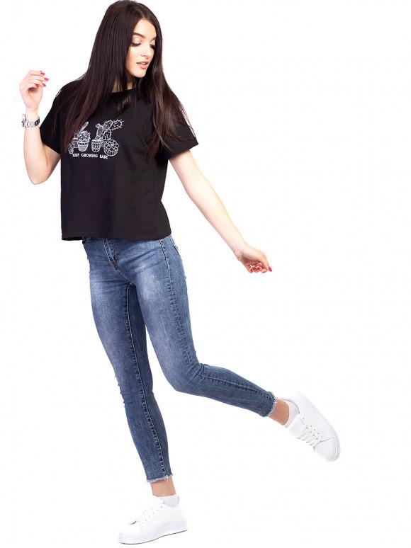 Вкорочена футболка зі стильною вишивкою 2628